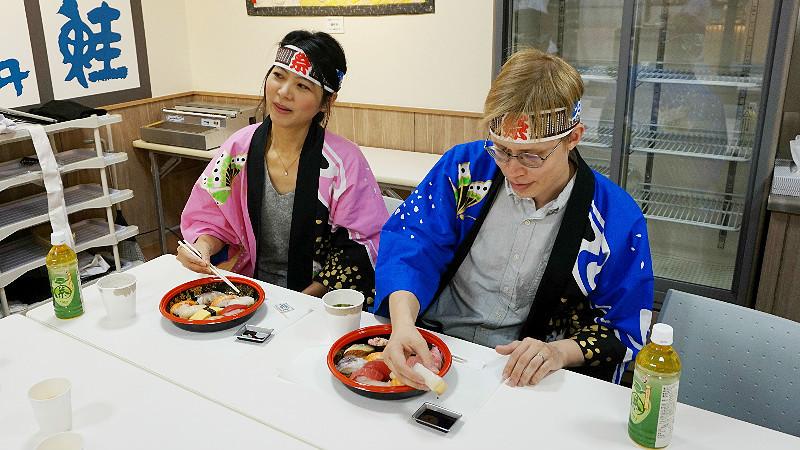 你可以用手吃或用筷子