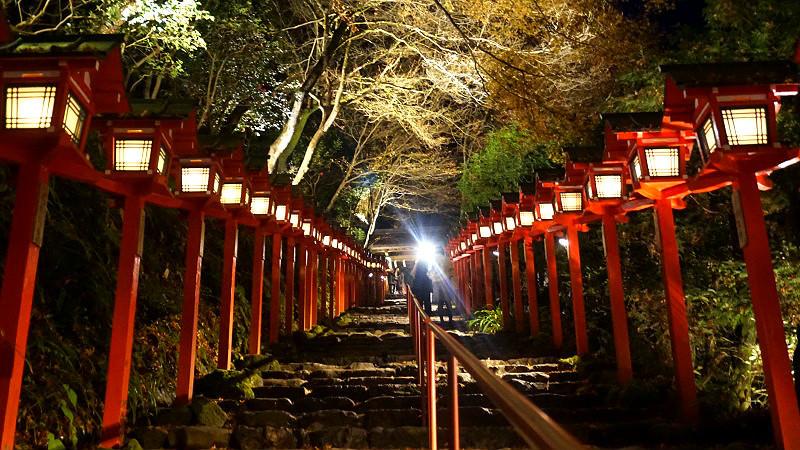 貴船神社的春日燈籠參道