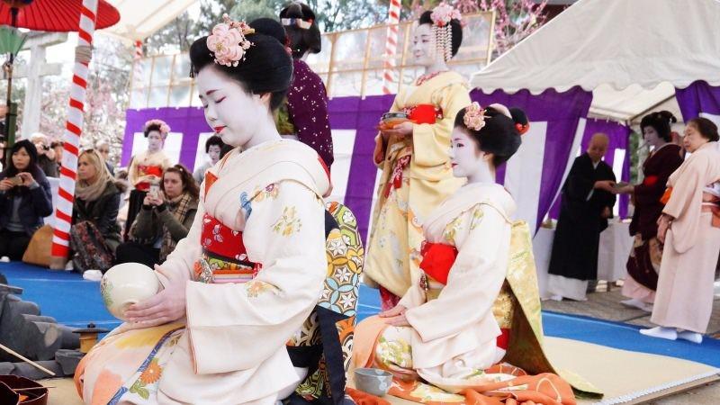 舞妓的茶道表演和走路的姿態都很優雅