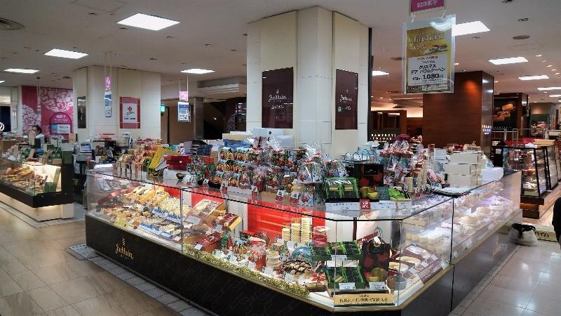 地下1樓的熟食超市和甜點區