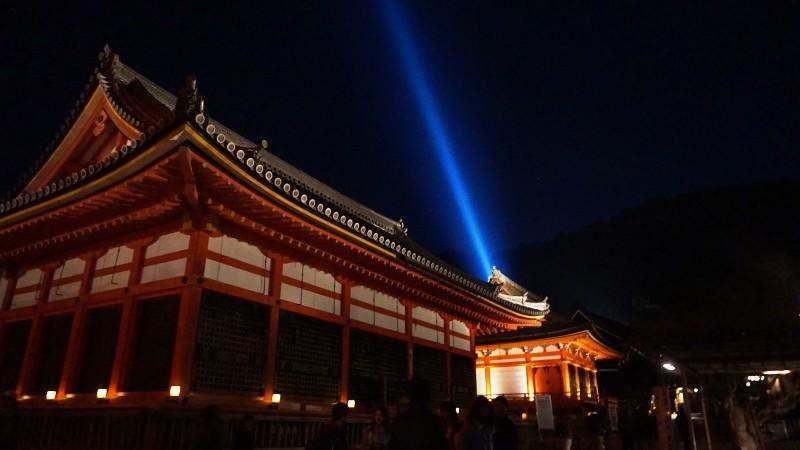 一道藍色青光切畫天空的景象