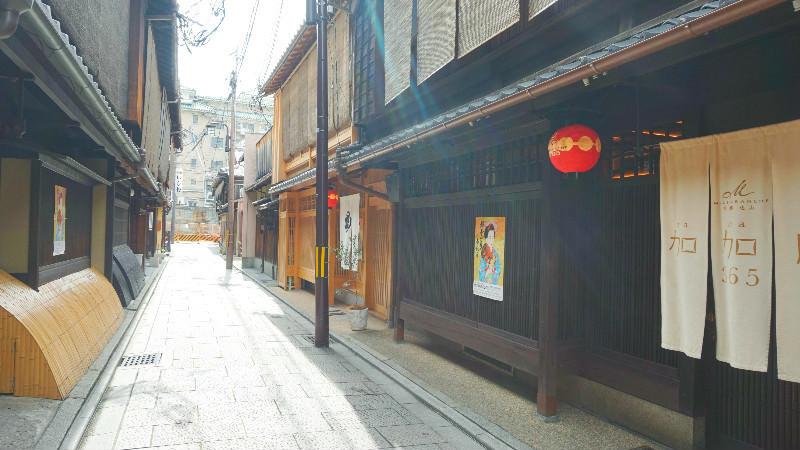 加加阿 365 的商店位在高級懷石料理與壽司餐廳的附近