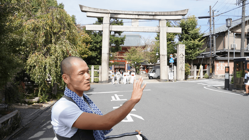 Driver explaining about the famous Yasaka Shrine.