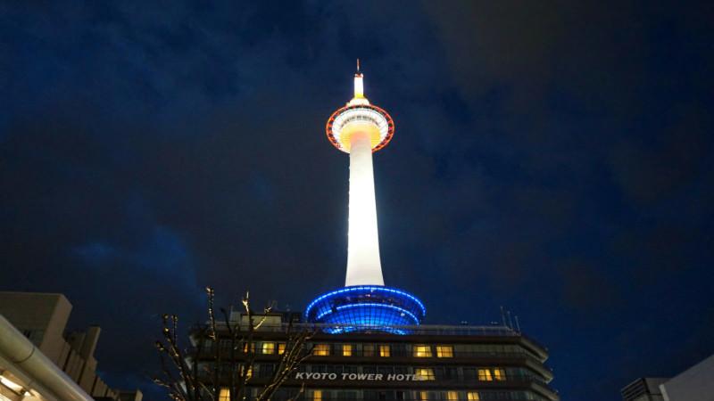 是夜間點燈的京都塔