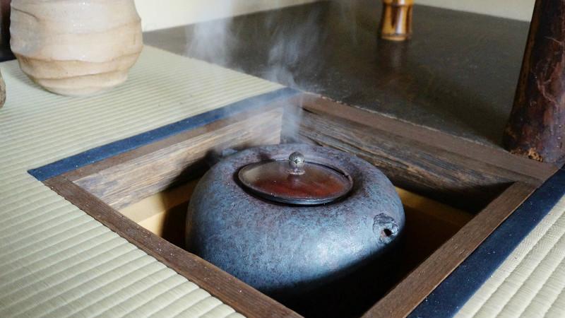 在茶室中準備好沸水