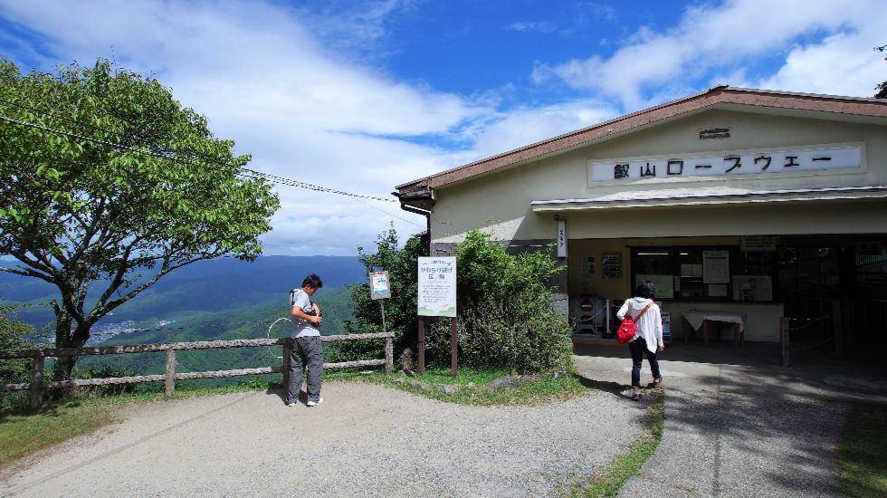 在索道「叡山口」站入口旁的桌子上