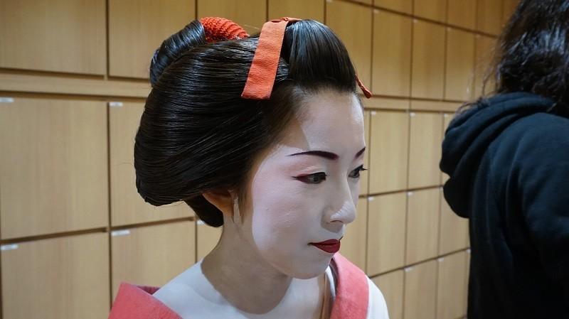 她看起來更像舞伎了