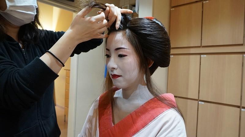 所以髮型設計師嘗試把這些頭髮藏起來
