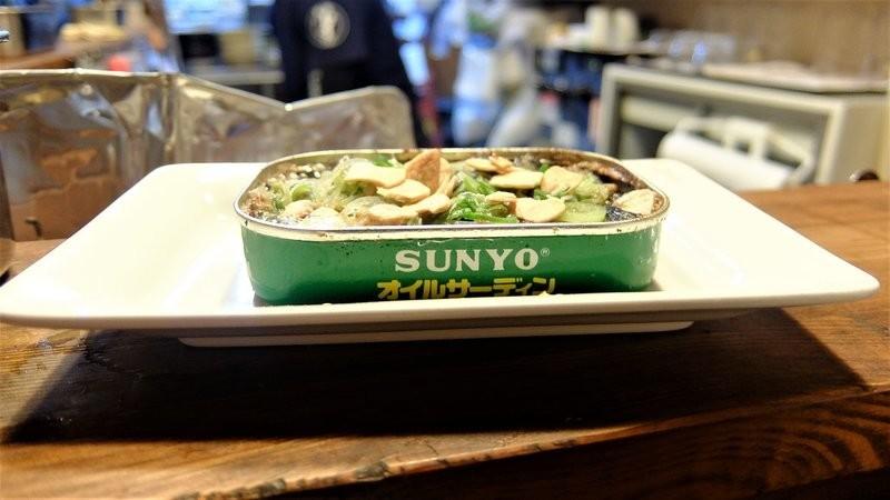 用沙丁魚罐頭裝著上菜的罐裝沙丁魚