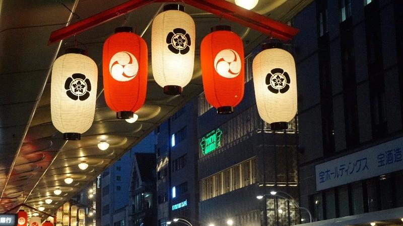 整個燈籠照亮了街道