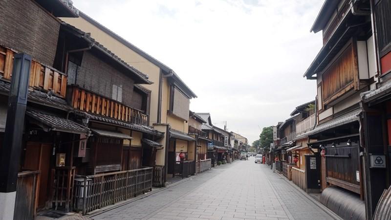 3:30 p.m. Walk on Hanamiko-ji Street!