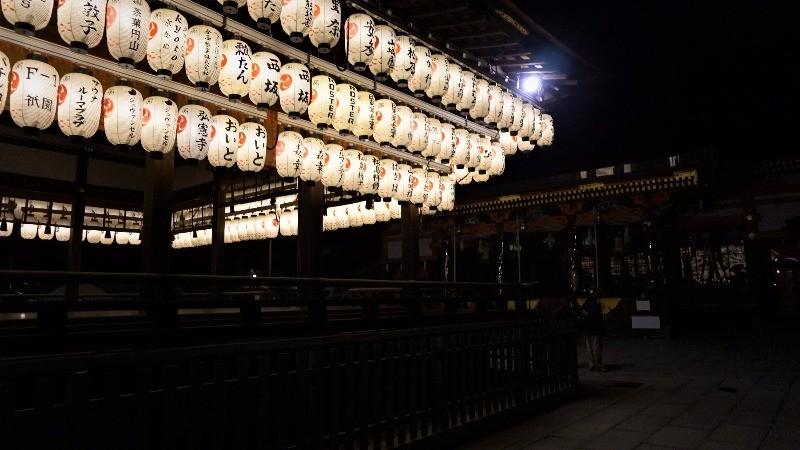 夜晚的白色燈籠高高掛在眼前