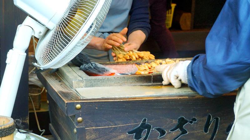 麻糬沾上黃豆粉用木炭烘烤