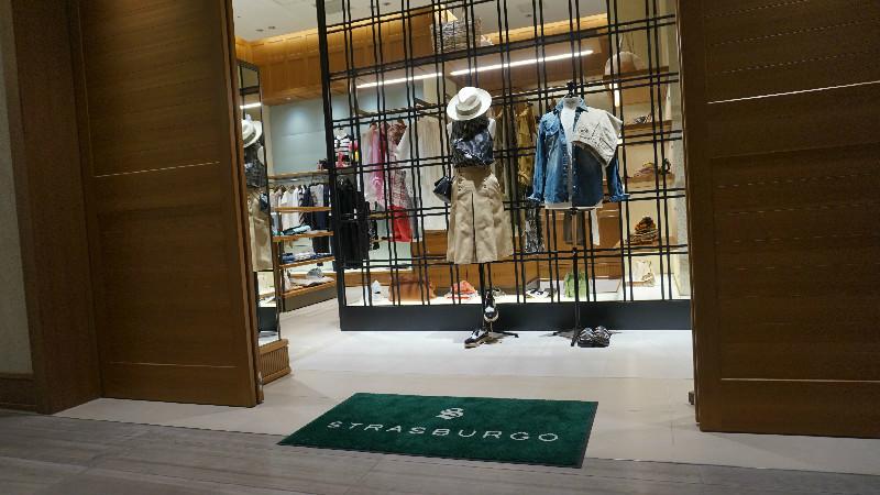 和一般百貨或路面店的服飾店有點不同